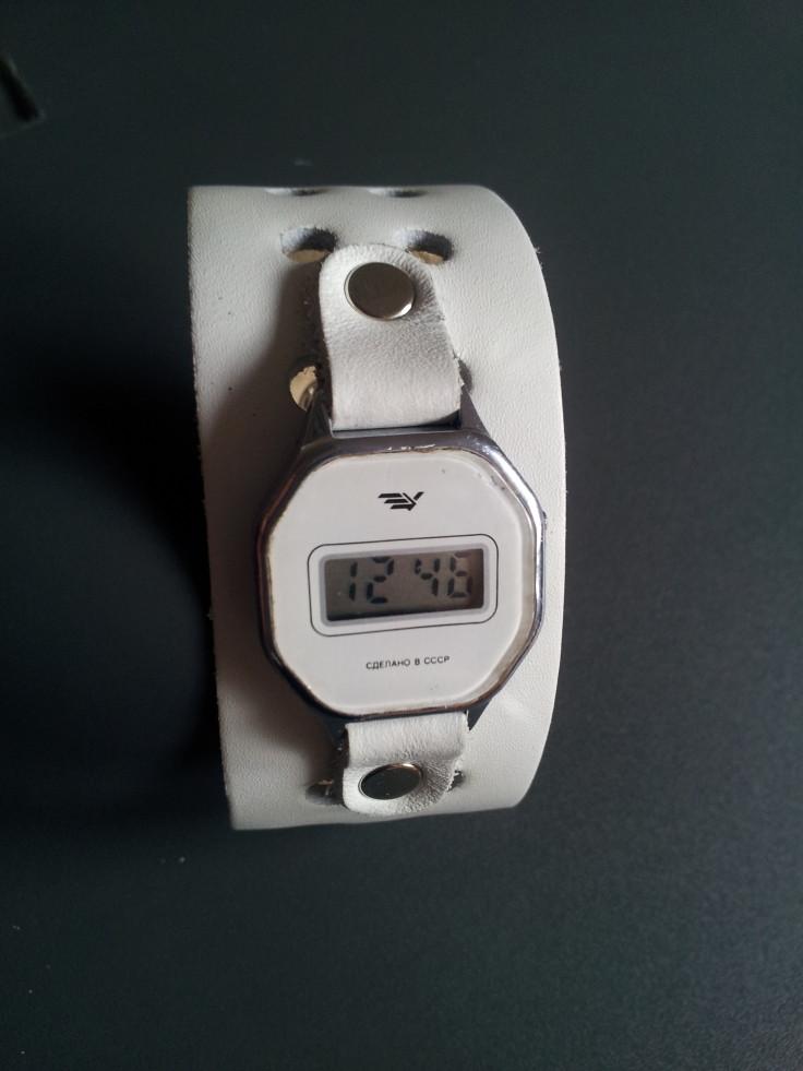 часы электроника на широком ремешке